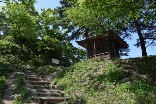 春日山城中腹の毘沙門堂でお祈りします。