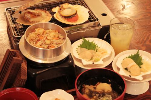 食事:ホタテの釜めし、ホタテ汁、りんごジ