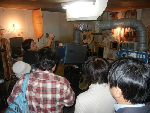 世界館の映写室ではブザー押し体験も。