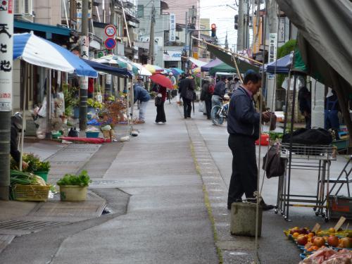 大町通りは日に応じて朝市が立ちます。