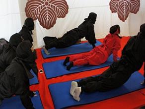 忍び五道の概念から、特に薬草と忍者衣装に注目し、現代的な活用のあり方を提案