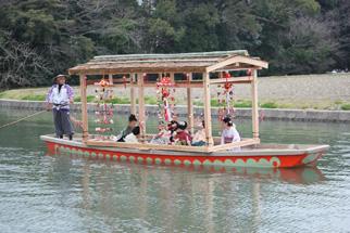 「どんこ舟」に「さげもん」を組み合わせた「さげもん舟」